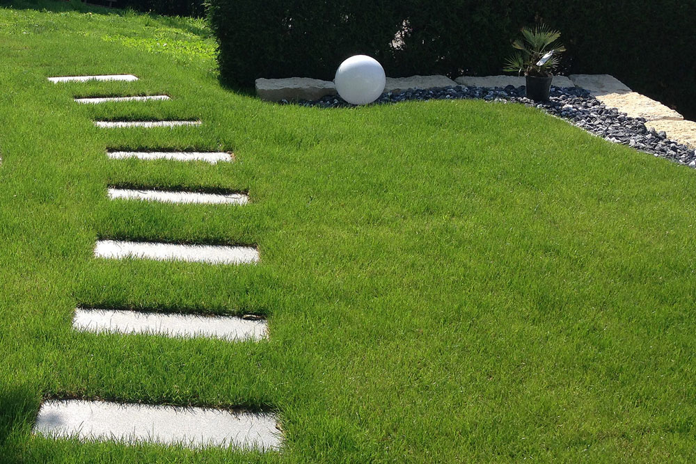 Trittplatten Im Rasen außenanlage kaiser pflasterbau gmbh